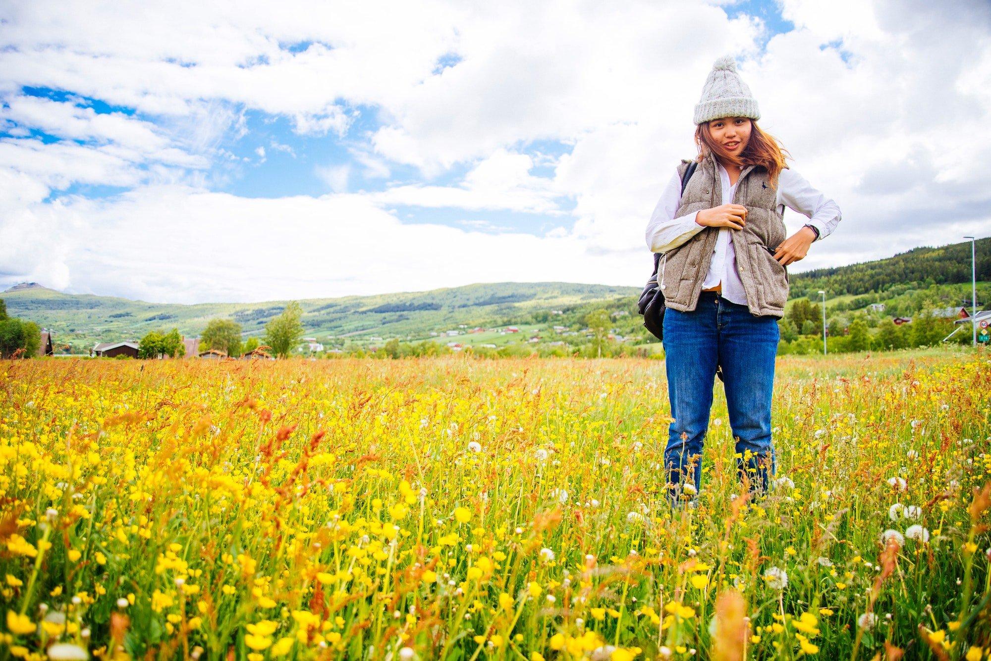 Dame i eng med blomster i Norge