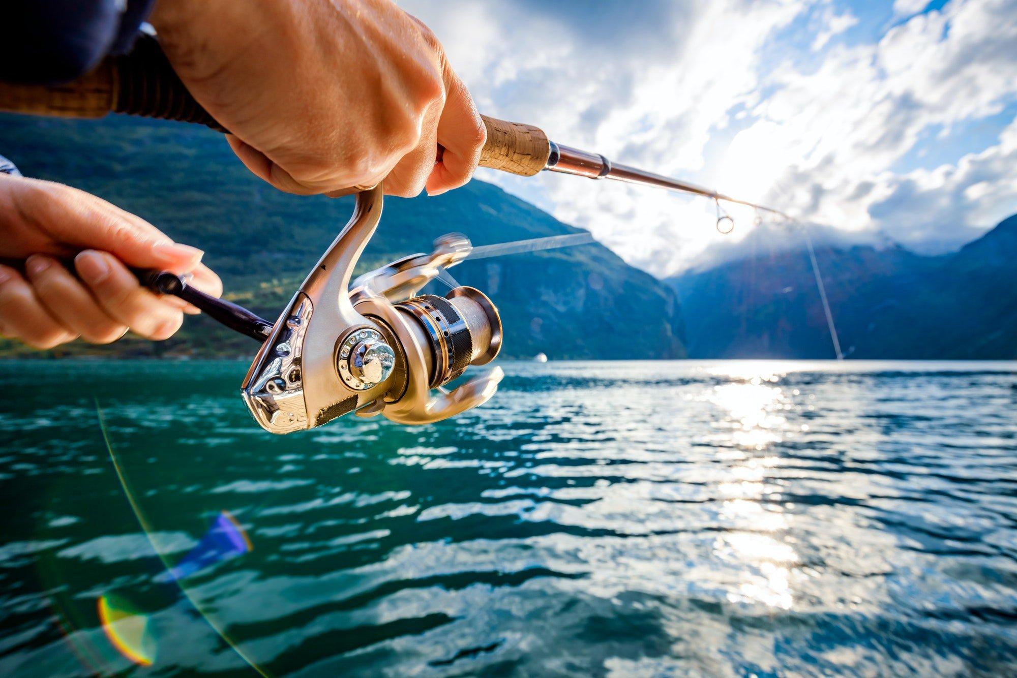 Kvinne som fisker i en fjord